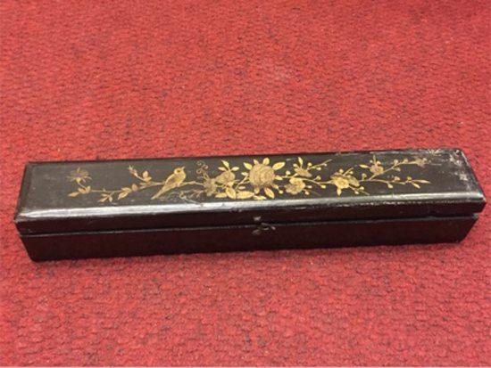Abaniquera de laca japonesa con diseño oriental en oro, de fines del XIX. Precio: $ 1.000.