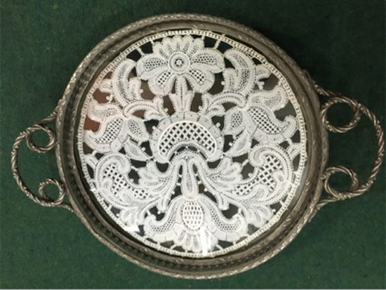Bandejita de 1900, con carpeta Luis XV entre dos vidrios. Precio: $ 3.000.