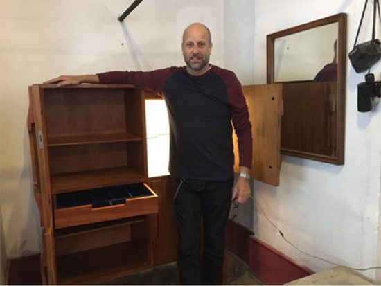 Bargueño en madera teka de mediados de los '70. Altura: 1.58. Ancho: 1.27. Profundidad: 48 cm. Precio: $ 22.000.