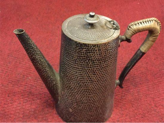 Cafetera alemana martelada a mano, con asa de mimbre, típica del '40. Precio: $ 1.500.