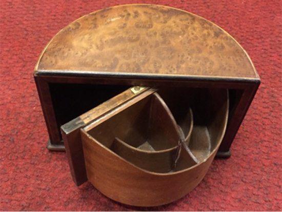 Caja inglesa clásica para escritorio, que rebate la tapa. Época: entre el '30 y el '40. Precio: $2.200.
