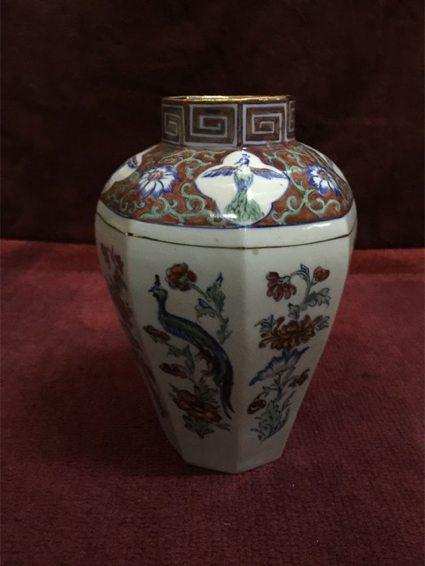 Jarrón inglés en porcelana Chelsea con dibujos chinos, 23 cm., altura. Año: 1950. Precio: $ 3.500.