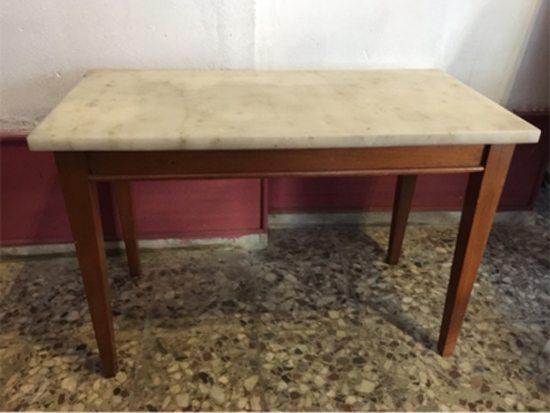 Mesa americana con tapa de mármol, años '70. Medidas: 78 x 41 cms. Precio: $ 3.000.