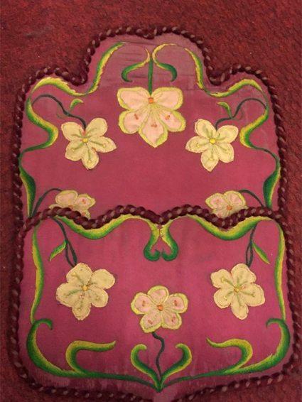 Portacartas victoriano, bordado a mano sobre seda, probablemente francés. Precio: $ 1.500.