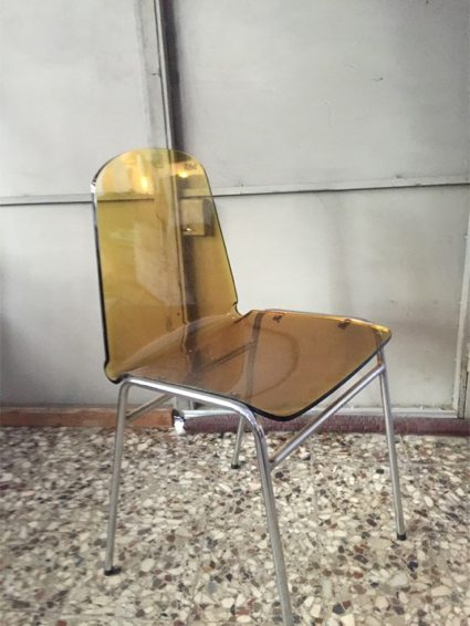 Silla acrílico hecha en Argentina en los '70, color caramelo. Precio: $ 2.000.